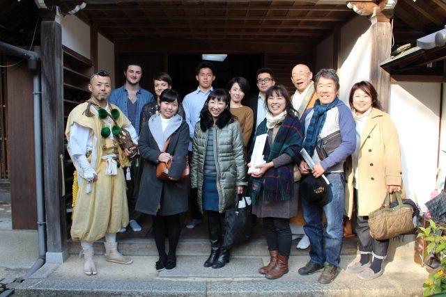 前列左が柴田さん。前列右から3番目が妹さん。
