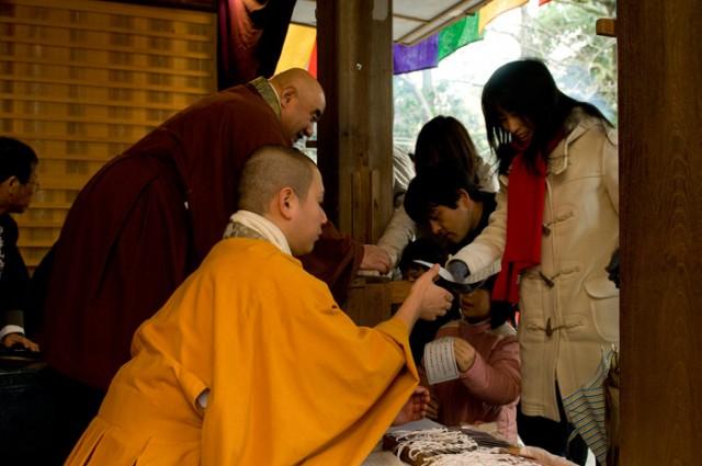引いたおみくじを神峯山寺の僧が一つひとつ読み上げ、解説します